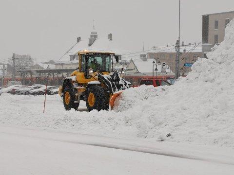 MYE JOBB: Det kraftige snøværet torsdag førte til kontinuerlig brøyting av veier.