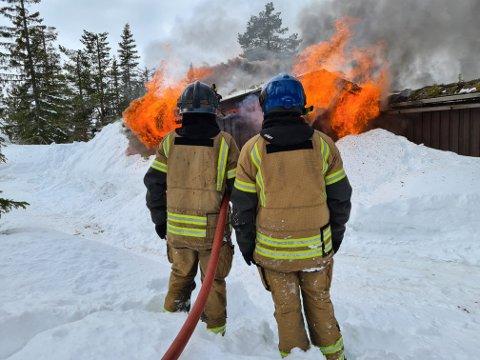 ØVELSE: Brannvesenet i Flesberg øvde på blant annet røykdykking, før hytta ble tent på for nedbrenning.