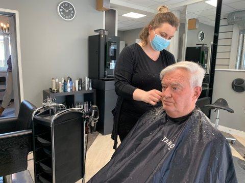 ÅPENT: Mange trodde nok at frisører holdt stengt, men slik er det ikke. Jan Aune var en av dem som fikk stusset sveisen tirsdag morgen av frisør Elin Helgesplass.