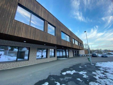 RØDT: Vestsiden ungdomsskole er en av skolene i Kongsberg som torsdag morgen går over til rødt nivå.