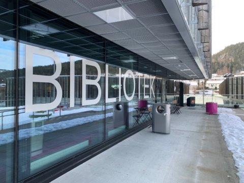 TAKE AWAY: På biblioteket i Kongsberg kan du bestille bøker og hente dem utenfor inngangen.