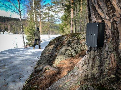 TELLER: Denne lille svarte boksen ved Kjennerudvannet teller deg når du går forbi.