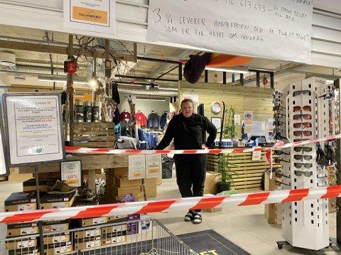 TRIST: Sara Marie Andersson i Fjellkompaniet synes det er trist med stengt butikk.