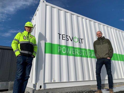PROSJEKTLEDERE: Ole Kristian Steenberg i Circle K (t.v.) og Sivert Eliassen i Glitre Energi viser oss battericontaineren som skal stå på den nye servicestasjonen på Basserudåsen.