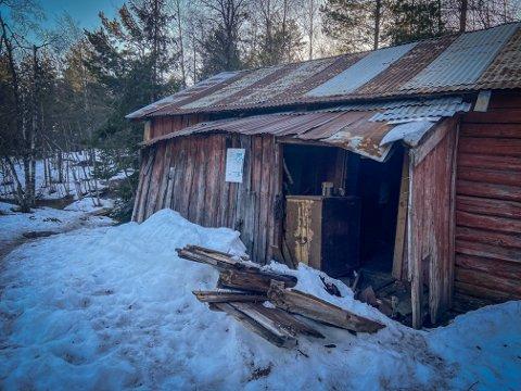 ÅPEN: Inngangspartiet har fått seg en knekk i vinter. Eieren av stedet lover å fikse dette, men ikke før til sommeren.