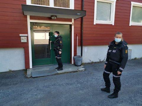 RANSAKING: Politiet ransaker boden til den drapssiktede sønnen fra Kongsberg.