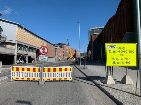 OMKJØRING: Til torsdag kan du ikke kjøre forbi Sølvparken og Stortorvet på grunn av arbeider på gangbrua