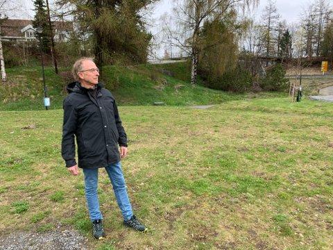 FRYKTER STØY: Jacob Wisløff er redd for at skateparken vil medføre så mye støy at han ikke lenger kan bruke uteplassen i hagen, som vender mot skateparken. Huset hans ses i bakgrunnen.