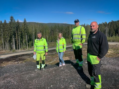 NYTT: Fra venstre: Steinar Gulbrandsen, Annette Edvardsen, Adam Carpenter og Rune Nilsen, alle i Kongsberg kommune, på snøhaugen på Gomsrud. Nå har de bygget et helt nytt anlegg på stedet.
