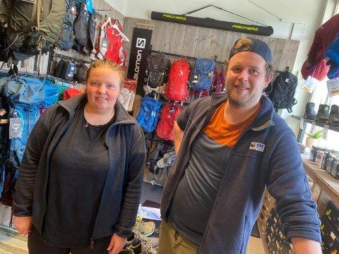 FORNØYD: Fjellkompaniet fikk en god start, til tross for at de åpnet butikk midt i korona-året. Her er Sara Maria Andersson sammen med daglig leder Ole Johan Morken.