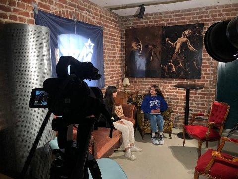 INTERVJUER: Her intervjuer Madia Kadrpour (t.h.) en av deltagerne på Åpen scene.