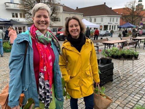 HAGEGLADE: Tove Nicolaysen og Helene Nærø fant flere planter som ble med dem hjem.