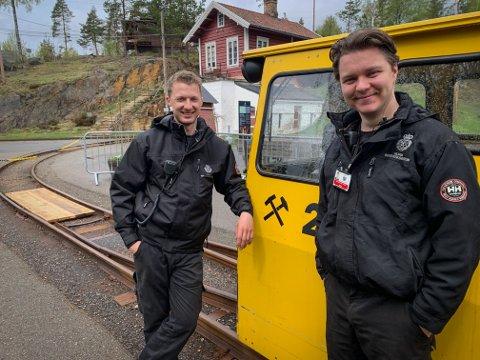 FIKK JOBB: Fridtjof Medhus (t.v.) og Johannes Langhelle skal vise fram sølvgruvene for turister i hele sommer.