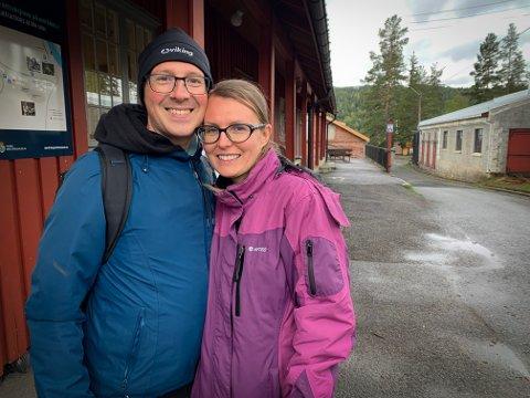 FIKK IKKE PLASS: Piotr og Agnieszka Kamisinska fikk ikke plass på gruvetoget, men fikk tilbud om en gratisomvisning i Reimbåndsverkstedet i stedet.