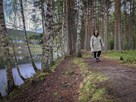 UT PÅ TUR: Elisabeth Moen er glad i å gå turer i nærområdet, som ved den gamle flystripa på Skavanger.
