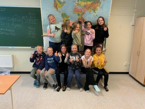 KAN VÆRE STOLTE: 4. klassingene på Hvittingfoss skole har samlet inn 4.000 kroner for å hjelpe jevnaldrende i Afrika.