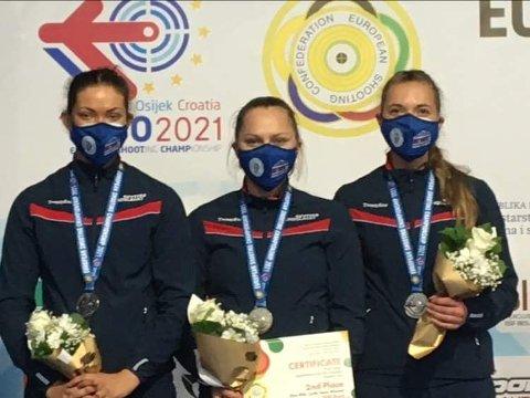 EM-SØLV: Jeanette Hegg Duestad (t.v.,), Jenny Stene og Katrine Aannestad Lund sikret seg sølvet i lagskyting i EM i Kroatia.