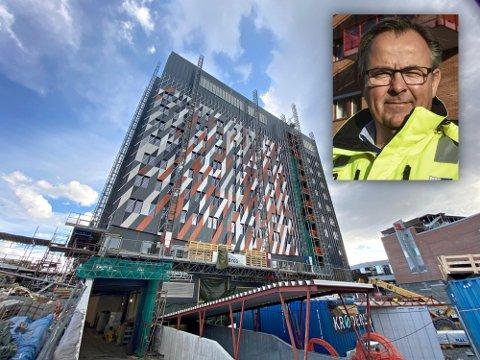 DEBATT: Det er mange meninger om den nye fasaden. Per Mikkelsen i PK Eiendom ber folk om å vente litt før de bedømmer den.