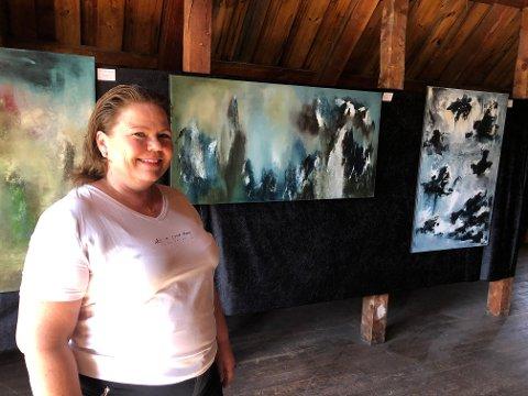 PÅ LOFTET: Toril Kristensen bruker mye blått i sine abstrakte malerier. Hun har ikke motivet klart for seg før hun starter på et arbeid. Utstillingen hennes er også åpen under Kongsberg Jazzfestival.