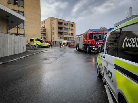 RYKKET UT: Både brannvesenet og politi rykket ut til Kongsberg sykehus søndag ettermiddag.