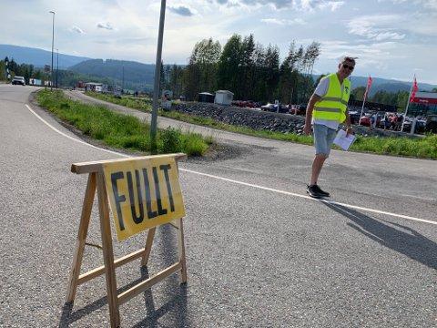 FULLT: Veien inn til biltreffet ble stengt en periode, da maksgrensen på 200 personer ble nådd.