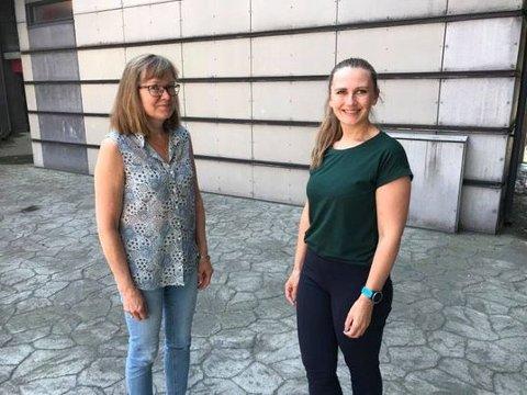 INVITERER UT: Rigmor Råen (t.v.) i Kongsberg Frivilligsentral og Kristin Botten, frivillighetskoordinator i Kongsberg kommune har plass til 60 seniorer til bords neste uke.