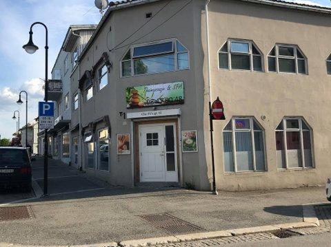 TIL SALGS: Her har det både vært fiskebutikk, matbutikk, klesbutikk og bank. Nå er bygget til salgs for 7.1 millioner kroner.  Foto: Jenny Ulstein.
