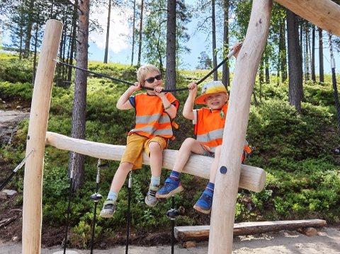 GØY Å LEKE: Adrian (5) og Emrik (6) syns alle lekene på lekeplassen var like morsomme å leke med. Foto: Katrine Alexandra Leirmo  Heiberg