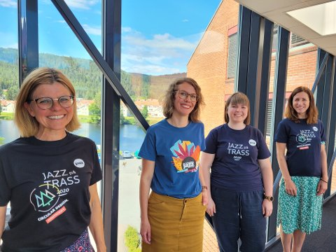 SAMARBEIDSPARTNERE: Fra venstre: Kristina Hesjedal Schnell (Semcon), Ragnhild Menes og Celina Stokes fra Kongsberg Jazzfestival og Lene Fosso Gravningsbråten fra Semcon med t-skjorter