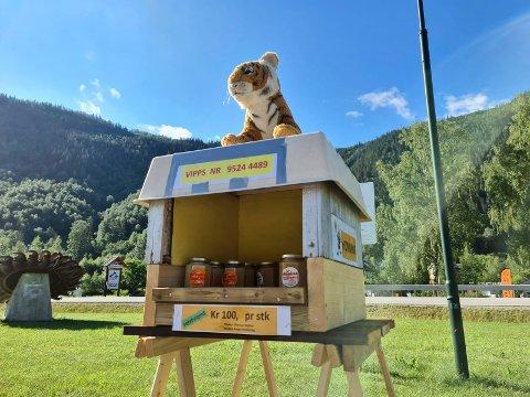 FRISTENDE: Honningen fra Lampeland faller i smak. Birøkter Tom Ivar Stepien må etterfylle jevnlig.