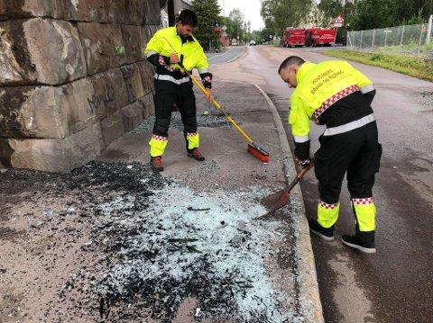 MYE GLASS: Brannvesenet i Kongsberg jobber med å få vekk glasskår etter en buss kilte seg fast under brua i Dyrmyrgata, i morgentimene, onsdag.