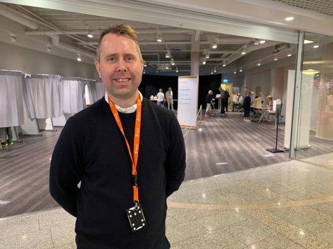 POPULÆRT: Stortorvet har blitt et populært sted å avgi forhåndsstemme i Kongsberg sentrum. Her er Kenneth Halland i Kongsberg kommune på åpningsdagen 10. august.