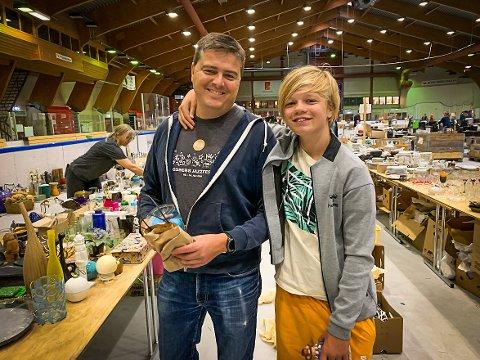 SELGERE: Pappa Thomas Bjørndahl og Eivind er klare for nok et loppemarked i Kongsberghallen. – Dette blir kult, sier Eivind.