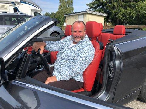 TRIVES BAK RATTET: Håkon Uppstrøm liker å kjøre både langt og fort. Derfor må han ha en ekstrem bil. Farger er viktig for denne bileieren.