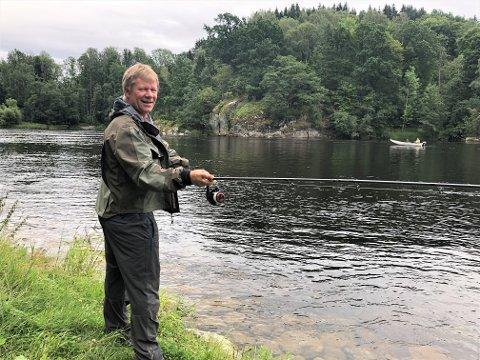 TOK DEN FRA BÅTEN: Det var rett utenfor her, i båt, at Tom Mangelrød fikk den gedigne fisken, en av de største som er tatt i Lågen, på sluken.