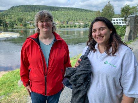 SAMARBEIDER: Liv Oline Røst (t.v) samarbeider med Adina Moen om arbeidsoppgaver. De forteller om et godt samarbeid og vennskap.