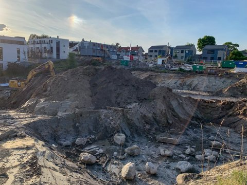 KRATER: Slik ser det ut på anleggstomta i Klems gate nå. Gravearbeidene vil pågå utover høsten.