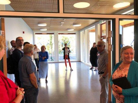 OMVISNING: Seksjonsleder for servicetjenester, Elisabeth Strøm, viser rundt.