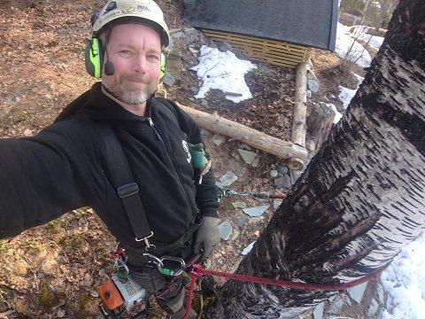 REDNINGEN: Stian Larsen fra SGL Trefelling ble redningen da fire år gamle Morris klatret på toppen av et tre i Håvet - og satte seg fast.
