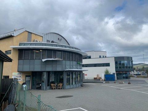 HYBLER: Det er både næringslokaler og hybler i denne bygningen, som ligger rett ved inngangen til Kongsberg Teknologipark.
