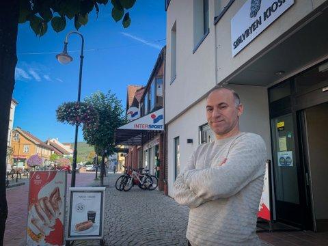 MIDT I SENTRUM: Daniel Kadrpour forteller at han har blitt kjent med mange hyggelige mennesker i jobben som kiosk-eier i Storgata.