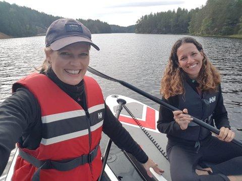 GJORDE ET SPESIELT FUNN: Maria Roots Morland (t.v.) og Mariana Castro fant et badekar i Kjennerudvannet mandag.