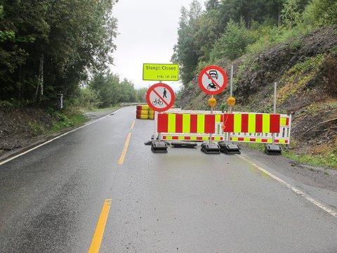 FORTSATT STENGT: Ringeriksveien har vært stengt mellom Sylling og Skaret siden 6. august. Veivesenet håper å kunne åpne veien igjen innen første halvdel av 2017, men tør ikke å love noen eksakt dato.
