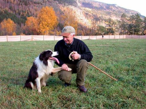 FRA NORGESMESTER TIL KOMITELEDER: Jon Sand har selv vunnet norgesmesterskapet i bruk av gjeterhund flere ganger. Nå er han leder av komiteen som arrangerer NM på Sjåstad gård denne helgen.