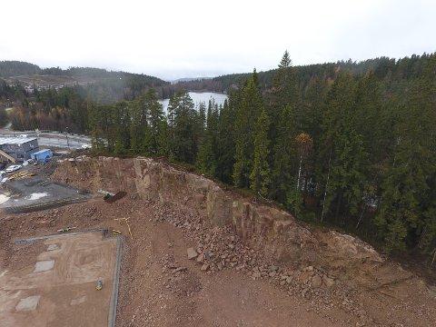 Stridens kjerne: Denne fjellknausen vil utbygger erstatte med en jordvoll, men møter motstand fra både landbrukskontoret, Fylkesmannen og Statens vegvesen. I bakgrunnen ser vi Kirkeveien og Damtjern.