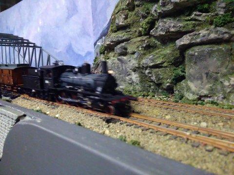 FULL FART: Det vil rulle mange tog på modelljernbanene i gamle Solberg Spinderi fredag kveld.