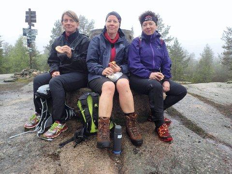 Arbeidskollegene og bioingeniørene i Team Sirup fra Vestre Viken tok matpausa på Skimtvarden. Fra v. Helle Hornstuen fra Lier, Aud Hansen fra Drammen og Marianne Berger fra Svelvik.