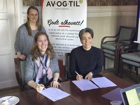 SIGNERTE AVTALE: AV-OG-TIL-koordinator i Lier kommune, Jorid Røvik Kippenes (bak til venstre), AV-OG-TIL-rådgiver Marte Sletten (foran til venstre) og ordfører Gunn Cecilie Ringdal.