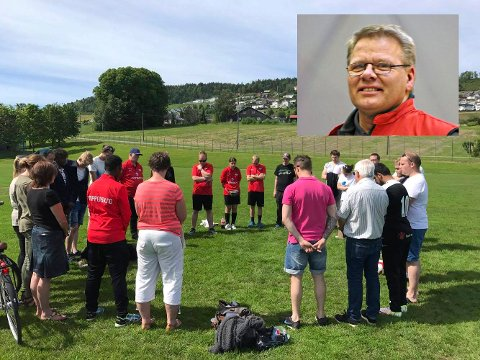 MINNESTUND: Øyvind Ustad ble minnet med ett minutts stillhet på Lier stadion lørdag.