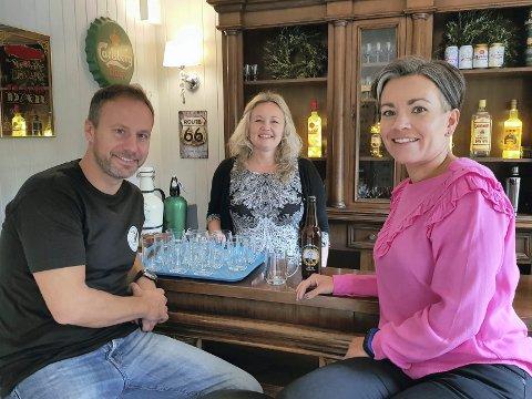 ÅPNET PUBEN: Administrerende direktør i Skaar Omsorg, Richard Skaar Thorsrud, bestyrer på Villa Skaar i Sylling, Synnøve Thorsrud og ordfører Gunn Cecilie Ringdal under åpningen av den nye puben på Villa Skaar, som også bød på sitt helt eget øl.